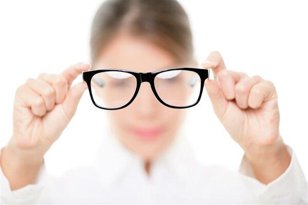 """""""四眼""""生活多年,怎么降低近视度数?"""