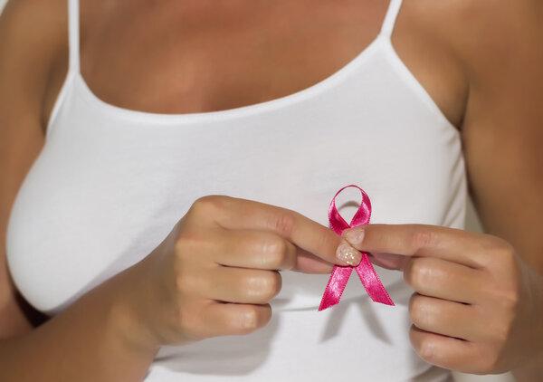 深受乳房胀痛困扰?乳腺癌五大常见症状,自查一下