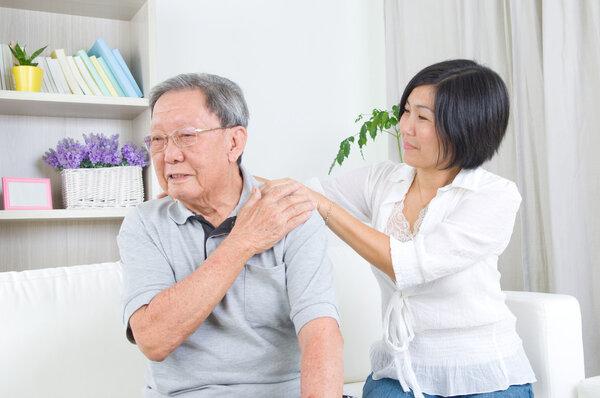 """肩痛并不等于""""肩周炎"""" 盲目甩肩或会加重病情"""