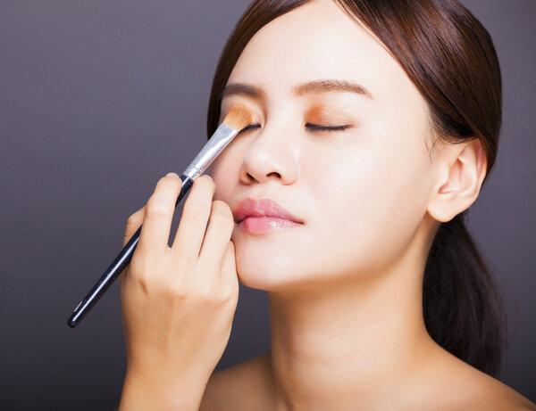 尴尬!《山河令》男主用粉色眼影遮麦粒肿,眼科专家提醒:处理方法不当!