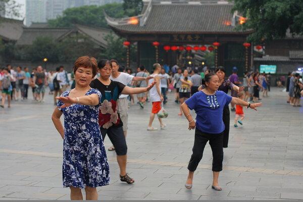 生命在于运动,还是在于静养?跳广场舞的大妈vs下象棋的大爷,谁更长寿?
