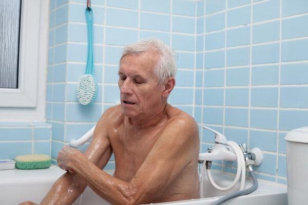 五旬男子洗澡突发脑卒中 中风高危人群要把握黄金4.5小时