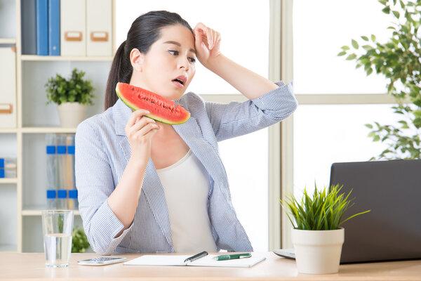 你出汗越多,减肥越快,这是真的吗?突然出汗真的有效吗?