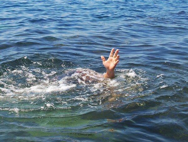 痛心!贵州公交坠湖事故已致21死!遇到溺水该如何自救与互救?