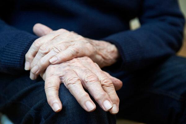 100个60岁老人中就有一个要患帕金森,可以这么治,快转告你父母