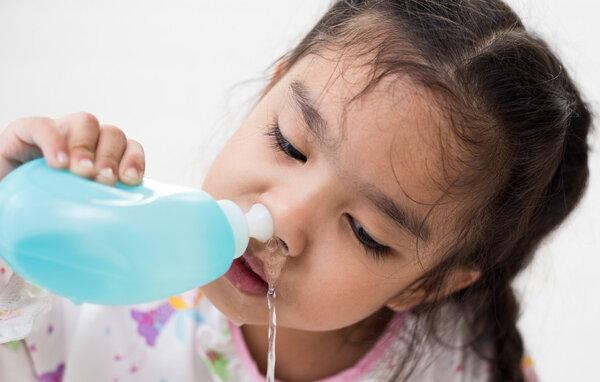 网购洗鼻器治鼻炎反倒伤了娃 专家提醒:过敏季鼻塞难受,别指望洗鼻治病