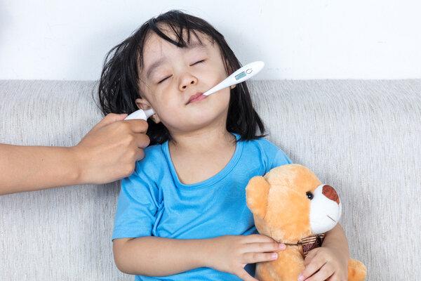 孩子4种情况下发烧可能是积食了,按摩7个位置可缓解