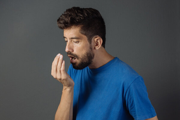 嘴里发苦是怎么回事?口腔异味是这样引起的
