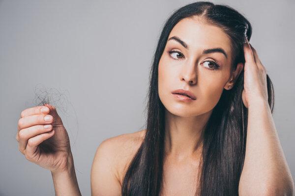 32岁女主持晒斑秃照引网友共鸣