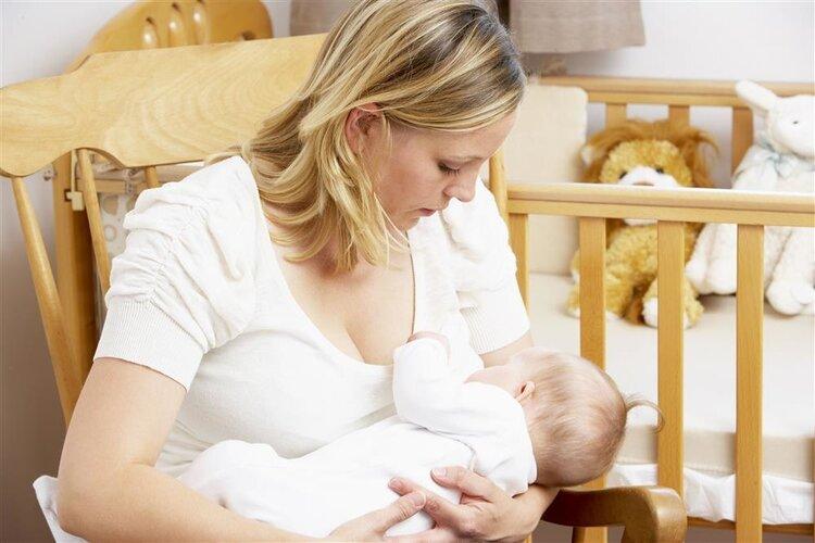 育儿每日问答:母乳喂养的宝宝需要喂水吗?