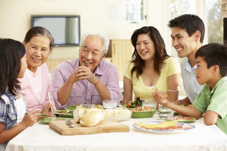 老人退休后,吃饭随便应付就行?营养师纠错:这么吃才对