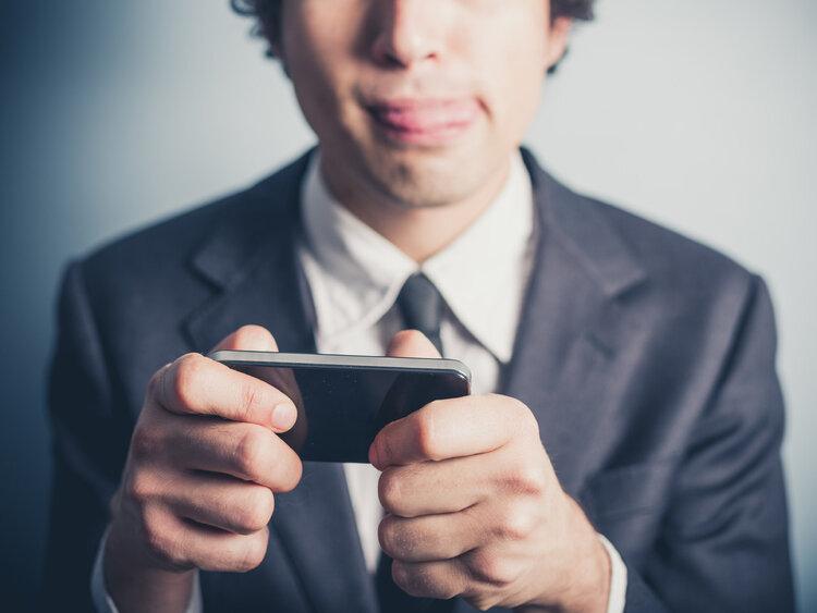 """在床上玩手机时,这一姿势可以不""""伤身""""!没理由不知道"""