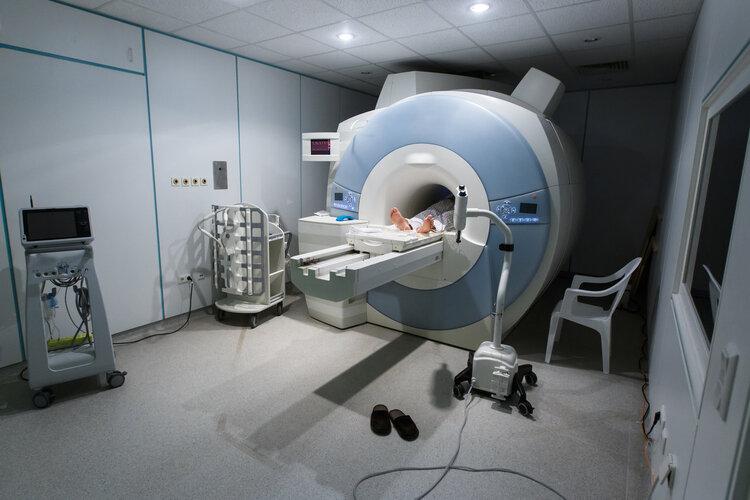 陪家人在医院做检查,轮椅被吸在核磁共振仪上,损失300多万