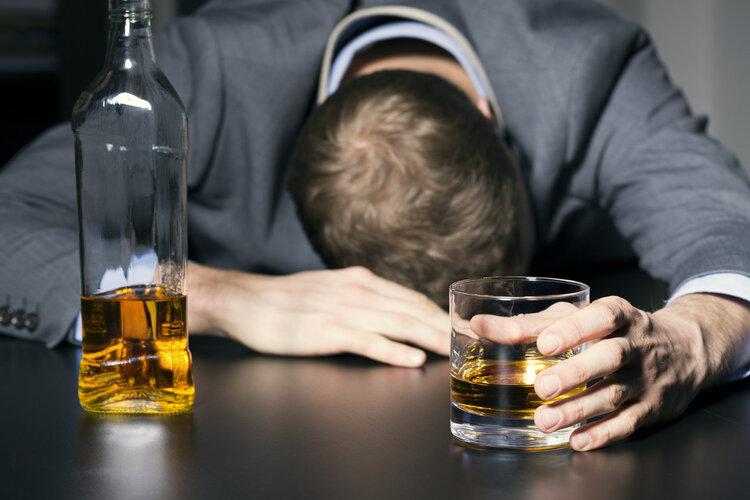 酒瘾大的人,5个行为举止很明显,你是其中一位吗?