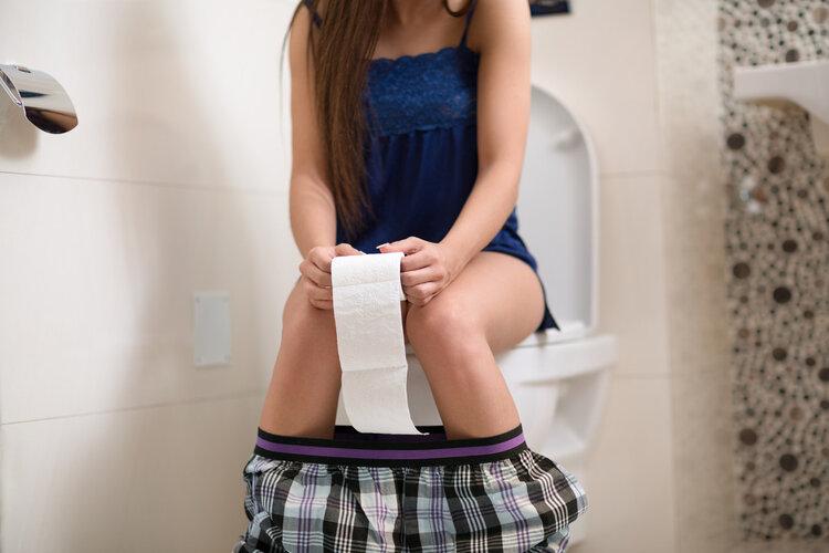 女人洗澡时,为什么喜欢站着排尿?多数人可能不好意思