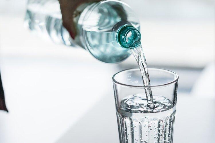 烧开的自来水和桶装水,哪个长期喝更健康?可能很多人都搞错了